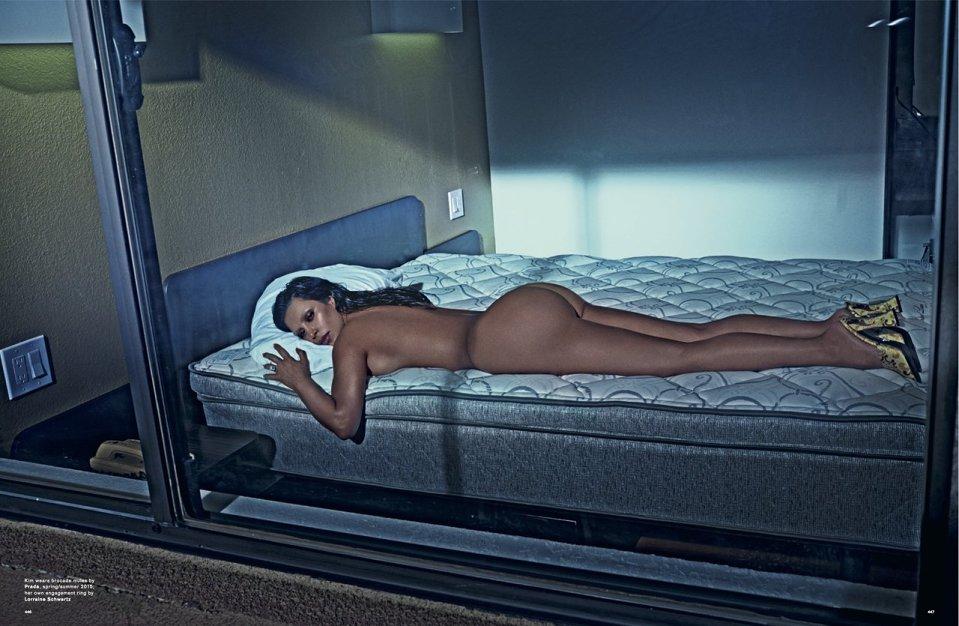 Kim Kardashian Naakt voor LOVE Magazine Bed