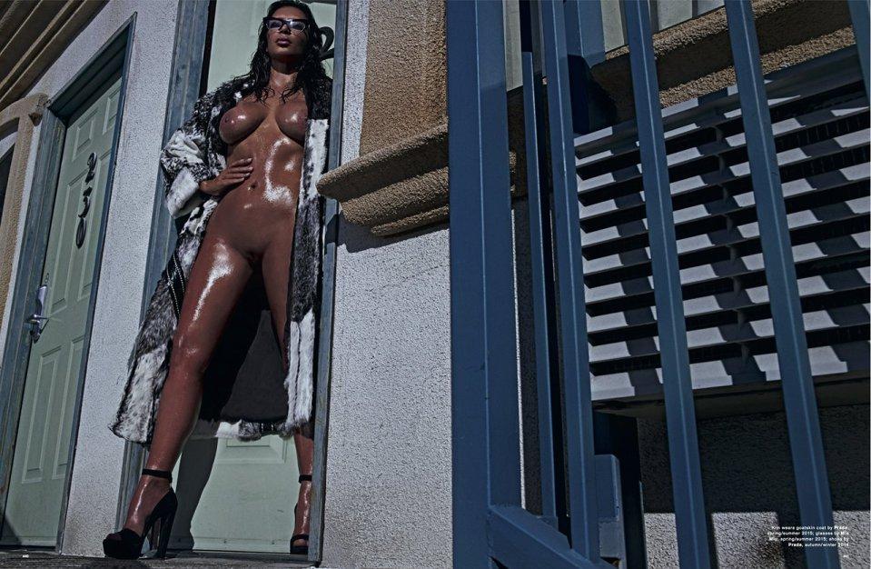 Kim Kardashian Naakt voor LOVE Magazine Oiled Frontal