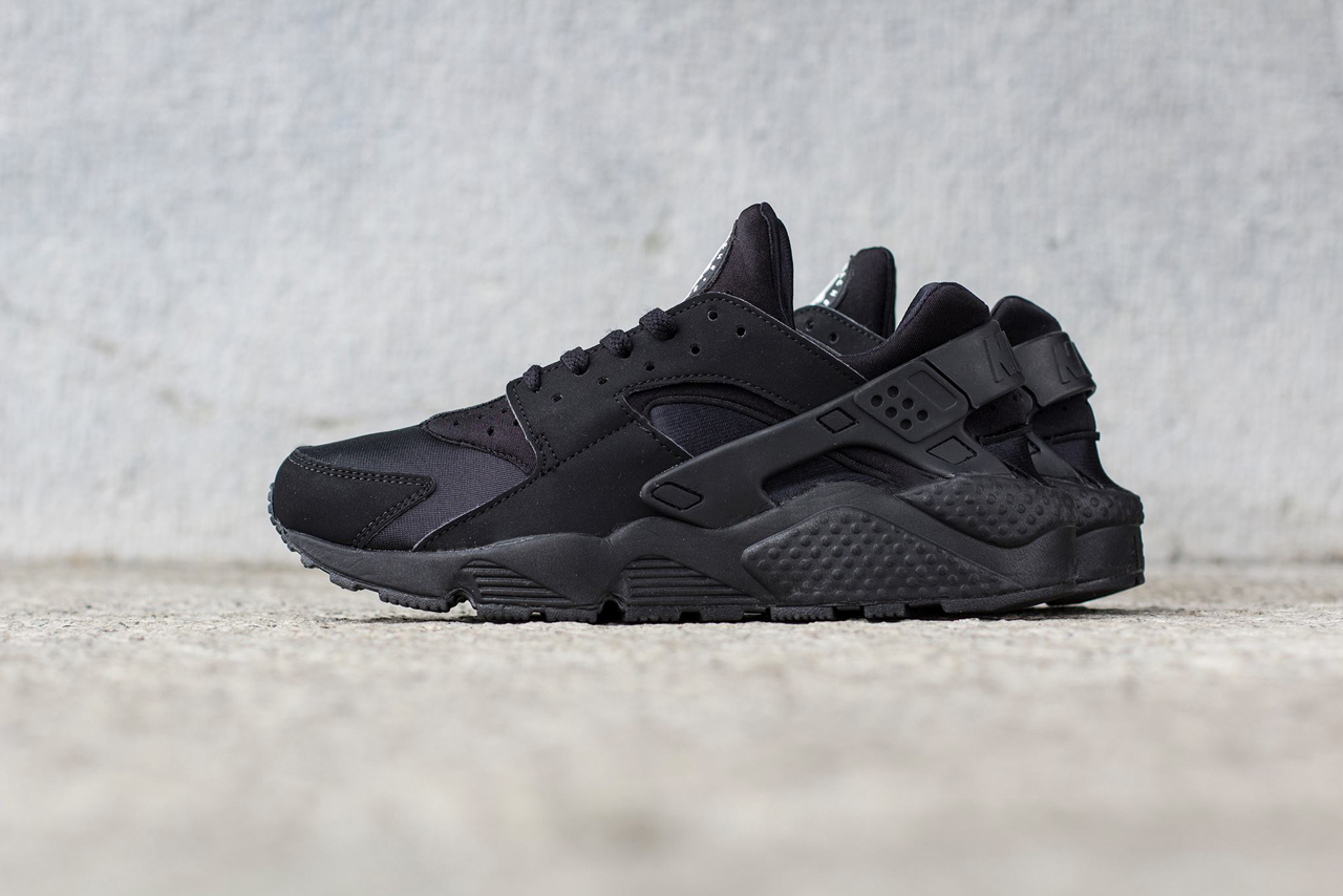 6263bb40140 Nike Air Huarache 'Triple Black' | Dé schoen van 2014 nu in helemaal ...